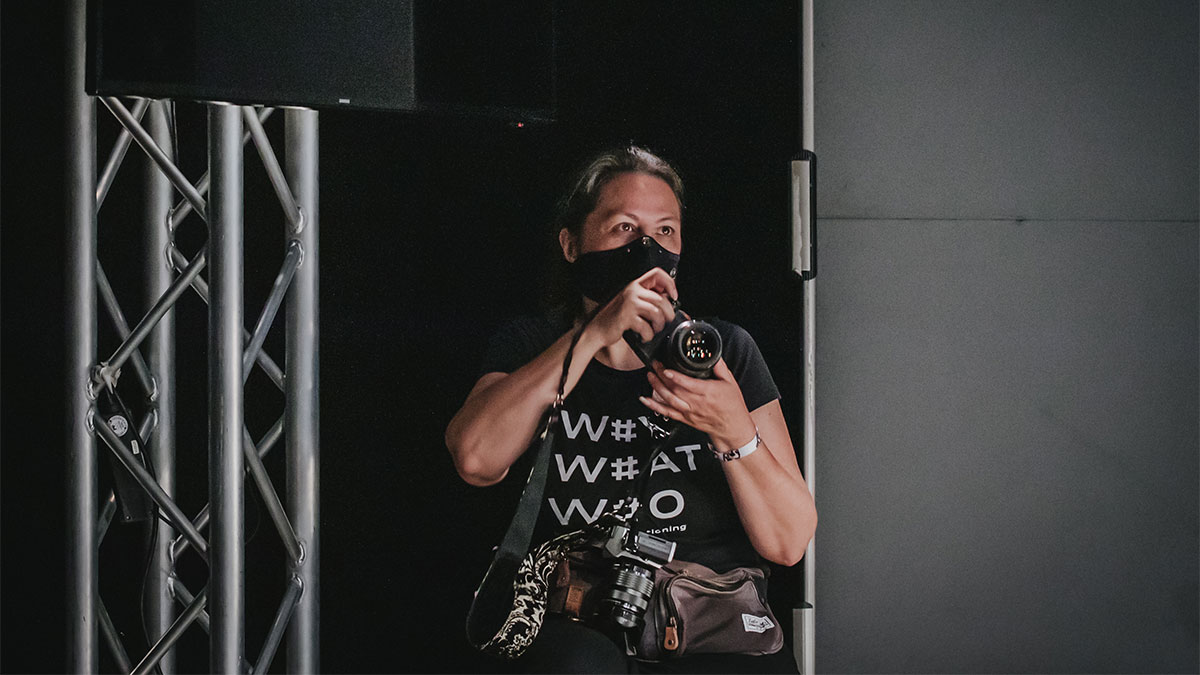 Sandra Schink beim Foto-Einsatz mit Maske